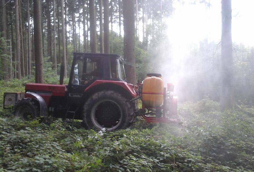 EM Vernebelung im Wald Seitenansicht